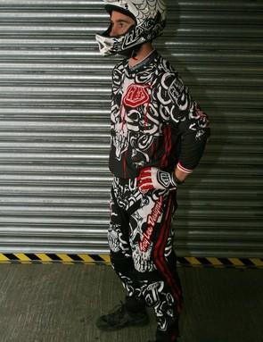 TLD Medusa race kit, GP gloves and D2 Voodoo White helmet