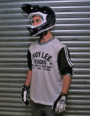For that classic moto look, check out the Super Retro jersey. The gloves are SEs