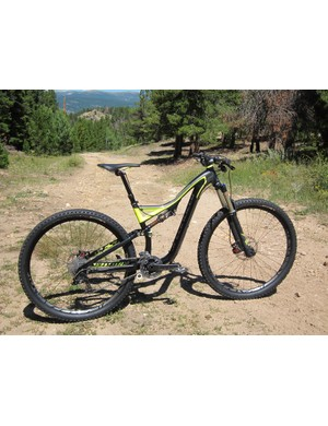 The Specialized Stumpjumper FSR Expert EVO 29 combines the ground-leveling ability of 29