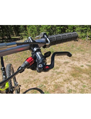 A 90° noodle on the Specialized Command Post Blacklite seatpost remote keeps the routing tidy