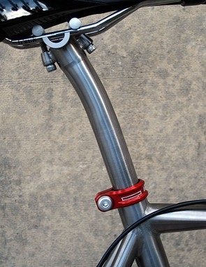 The seatpost is Qoroz's own and comes straight or, as pictured, with a 15mm layback