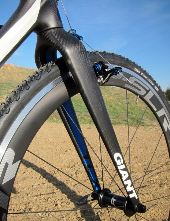 The carbon fork weighs just 450g and features widely set legs that leave lots of room around the tire