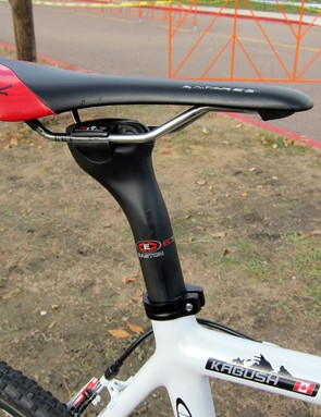 Geoff Kabush (Maxxis-Rocky Mountain) doesn't mess around with carbon rails, sticking to Fi'zi:k's K:ium option for his Antares saddle