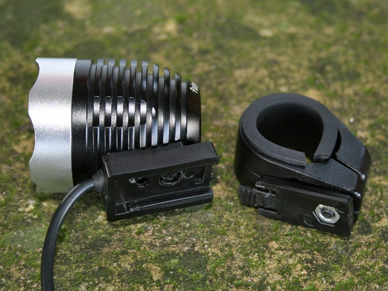 The Magiclight handlebar mount has a quick-release bracket