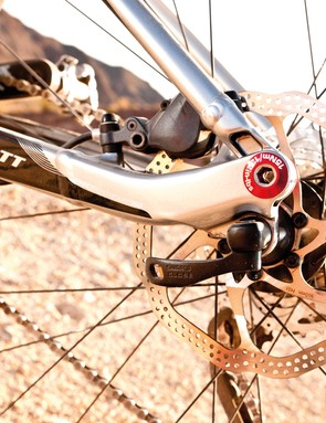 Universal drop-out system is reserved for the carbon frame model, here you get 135mm QR-style set-up