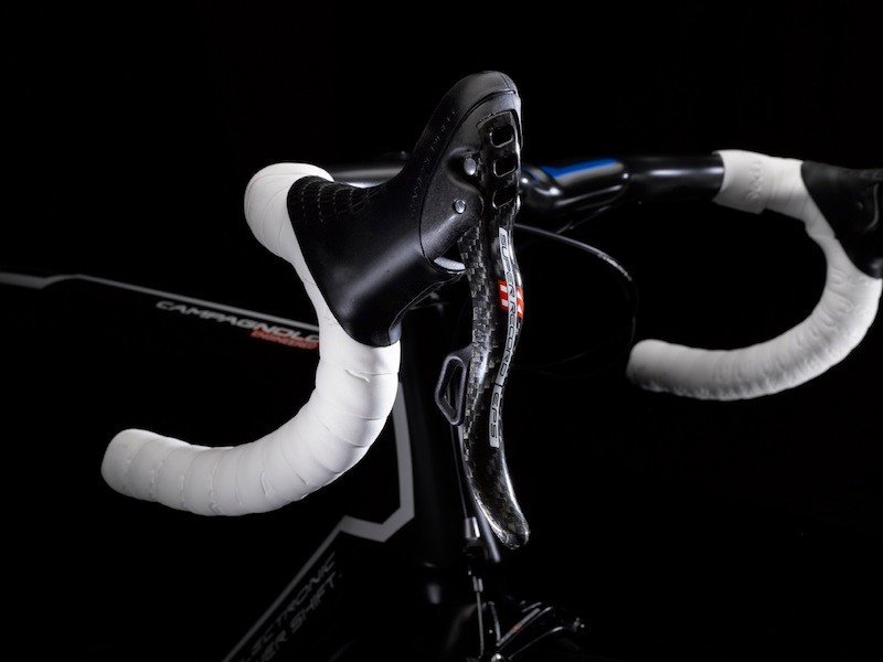 Campagnolo's EPS ErgoPower controls maintain similar function to their mechanical counterparts - namely their 'one lever, one action' operating philosophy and the ErgoPower's trademark tactile click