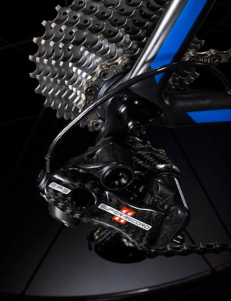 The EPS rear derailleur's somewhat traditional, though beefed up, parallelogram structure is run by an actuation rod and worm screw, which are powered by an electric motor