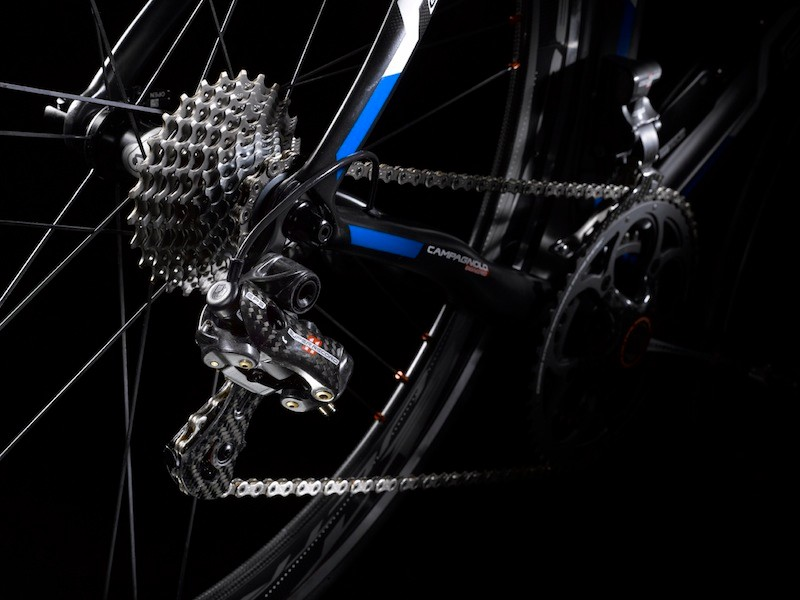 The EPS rear derailleur also allows for the electric motor to become uncoupled from worm gear system in order to prevent damage. The system is easily recoupled. However, this feature also allows for the derailleur to be manually positioned, should the battery die out on the road