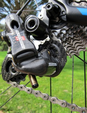 The top-end Campagnolo Super Record EPS rear derailleur is rife with carbon fiber, including the carbon-reinforced molded nylon knuckles