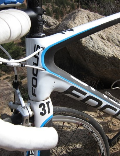 The frame has molded relief for the internal cable routing in various points
