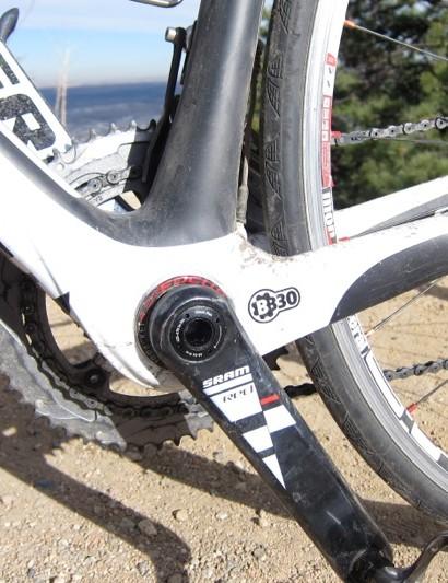 The Izalco Team 2.0 uses a standard aluminum BB30 bottom bracket shell sleeve