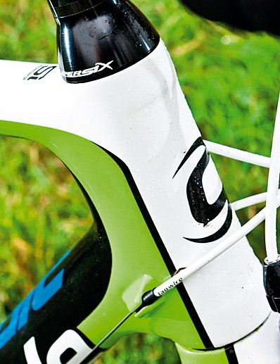 The short, tapered head tube keeps the Six race-ready