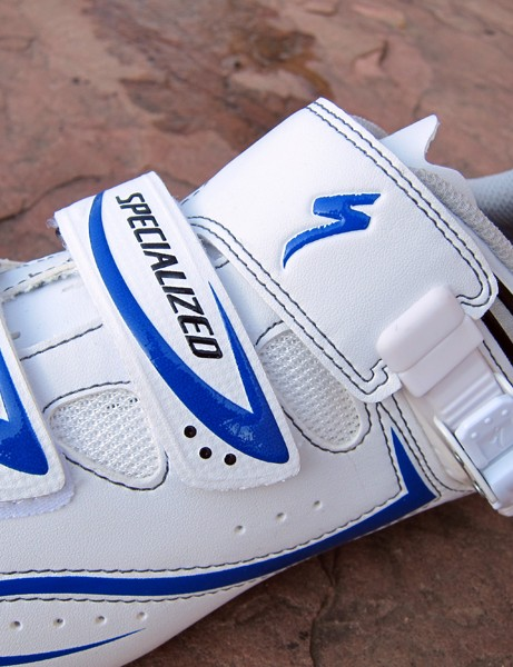 The conventional two-plus-one upper on the Specialized Elite Road shoe uses a fixed-length main strap