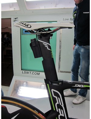 The battery is mounted to the back of the seatpost on 1t4i's Felt DA.