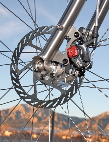 Budnitz sticks to mechanical rather than hydraulic disc brakes for their easier user serviceability and simplicity