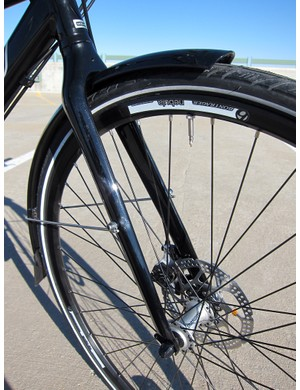 The fork is fairly basic in construction, with carbon blades bonded to an aluminum crown, but its sleek lines nicely complement the rest of the frame