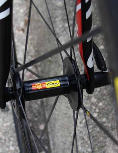 The Mavic Cosmic Carbone SLR wheels look like carbon tubulars but they're actually aluminum clinchers with carbon caps