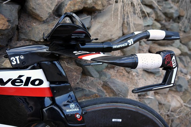 In this video, Tom Ballard takes a look at the triathlon (non UCI legal) version of the new Cervélo P5