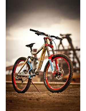 Up front is a BoXXer World Cup fork with the DLC upper tube finish