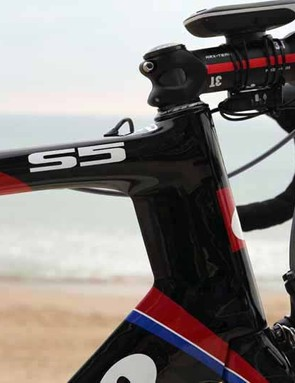 Cervelo gave the S5 a straight 1-1/8in head tube so as to reduce frontal area relative to a tapered setup