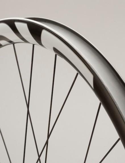 Enve's new DH rim/wheels have a 21mm inner width