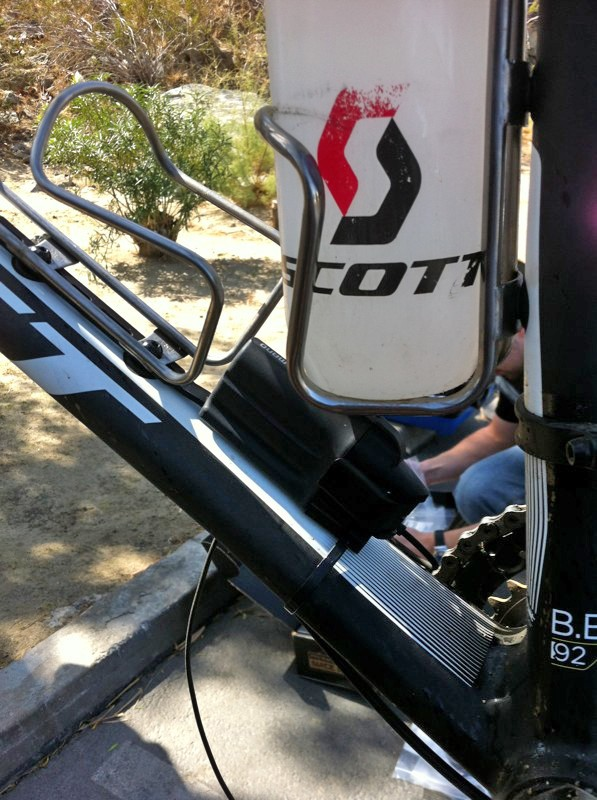 Is Canadian cross-country racer Geoff Kabush (Scott-3Rox) testing a new Shimano XTR Di2 prototype transmission? Perhaps — but then again, maybe not