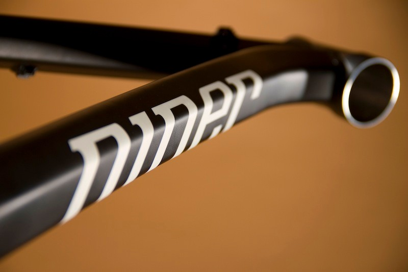 E.M.D. 9, however, uses a ZeroStack tapered head tube as opposed to Air 9's integrated version