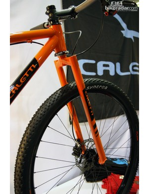 Caletti built a suspension-corrected segmented steel rigid fork for this singlespeed