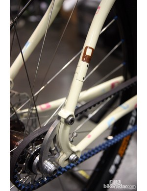 Groovy Cycleworks take a slightly different route to splitting the seatstays for belt drive compatibility. Instead of a simple split, which then requires you to flex the tubes apart, Groovy opt for a removable section through which the belt easily passes through