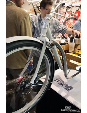 Metrofiets' front wheel is connected to the bars with a sturdy looking bell crank system