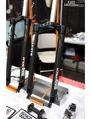White Brothers' new Snowpack snow bike fork boasts a machined aluminum crown, carbon fiber legs and 135mm OLD spacing. Claimed weight ranges from 450-468g