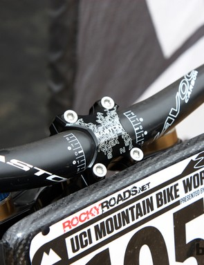 Jared Graves (Yeti) is using an aluminum direct-mount stem and carbon handlebar — both from Easton