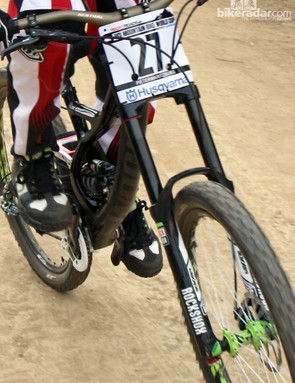 The curved down tube lends the necessary room for the front shock
