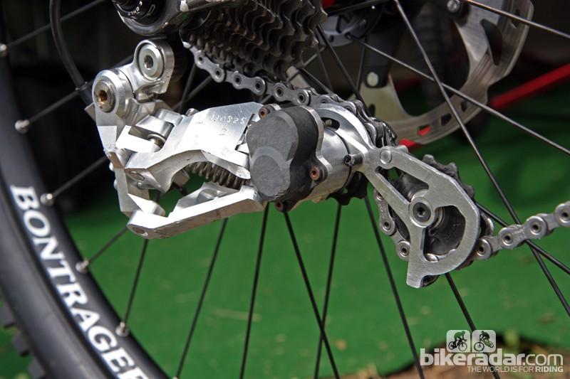 Aaron Gwin (Trek World Racing) is competing with a new Shimano Saint Shadow Plus rear derailleur prototype, complete with a friction band-controlled pulley cage for reduced chain slap and better chain retention