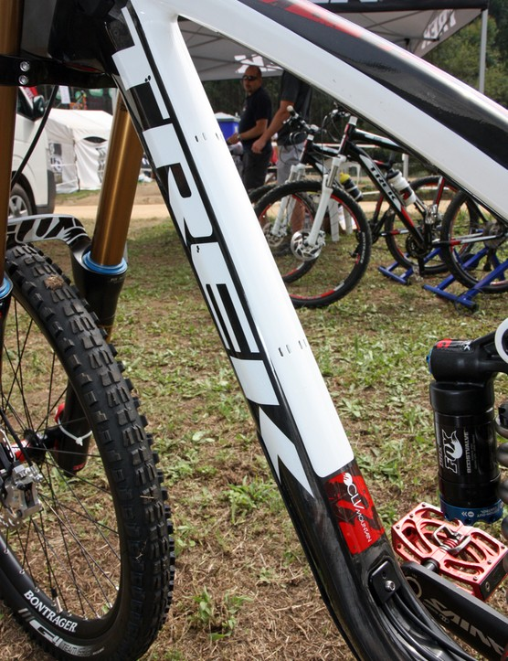 The Trek Session 9.9 frame can be run with either internal or external routing