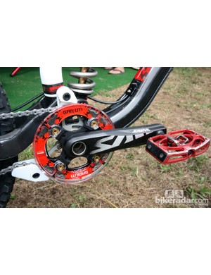 165mm-long Shimano Saint crankarms are fitted with a single 36T chainring and a custom Gamut guide. According to team mechanic 'Monkey' Vasquez, Gwin prefers the slider block instead of the stock rollers for their improved durability in mud