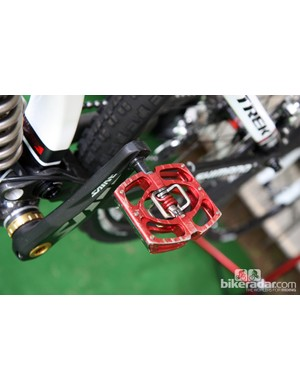 Crankbrothers Mallet pedals are fitted to Aaron Gwin's (Trek World Racing) Shimano Saint crankarms