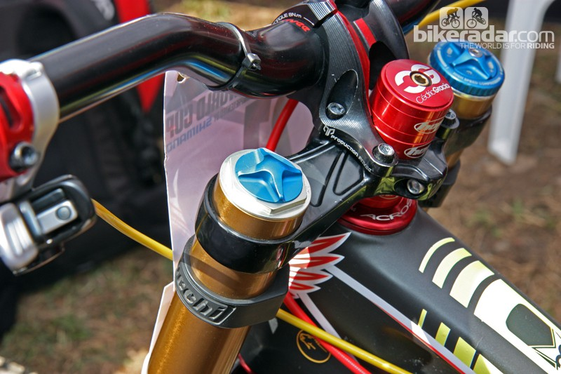 Fox could have easily further disguised this air cap on Cedric Gracia's fork by adding the 'preload', '+' and '-' laser etchings of the standard knob