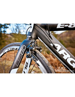 The hidden brake front fork, internal cabling and smooth welds enable excellent aerodynamic performance