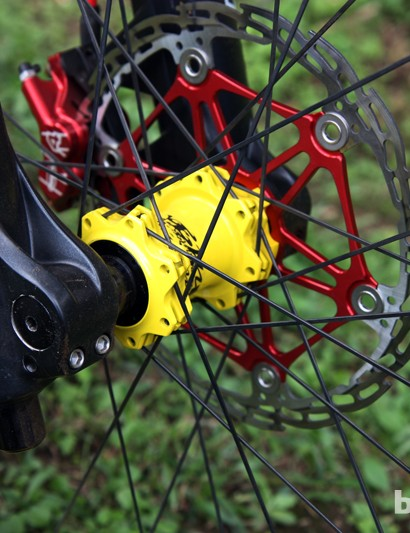Alloy spiders on the Hope rotors save weight but also add some color on Cedric Gracia's (CG Racing Brigade) Santa Cruz V-10 Carbon