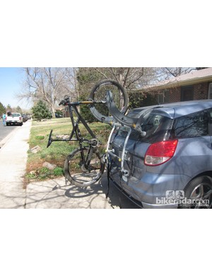 The rack remains balanced with one bike