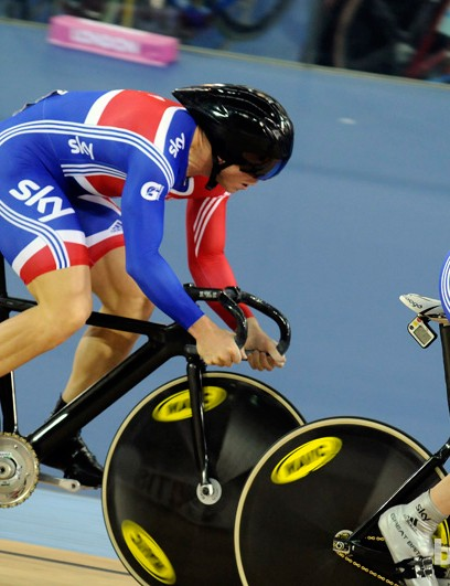 Jason Kenny moving over for Hoy to begin the final team sprint lap