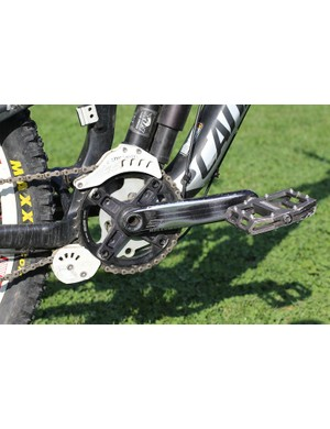 There is a single 39-tooth chainring with e.thirteen LG1+ chainguide on Chase's rig