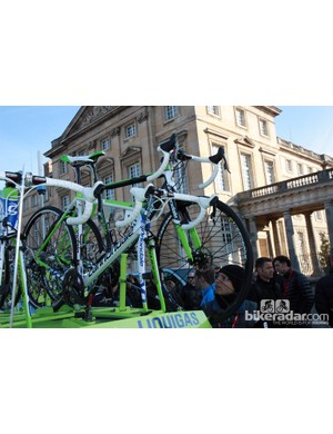 Perhaps just as planned, there was certainly a crowd around this disc-equipped Liquigas-Cannondale machine. Given the ancillary equipment installed, though, we find it highly unlikely it ever left the top of the team car during the race.