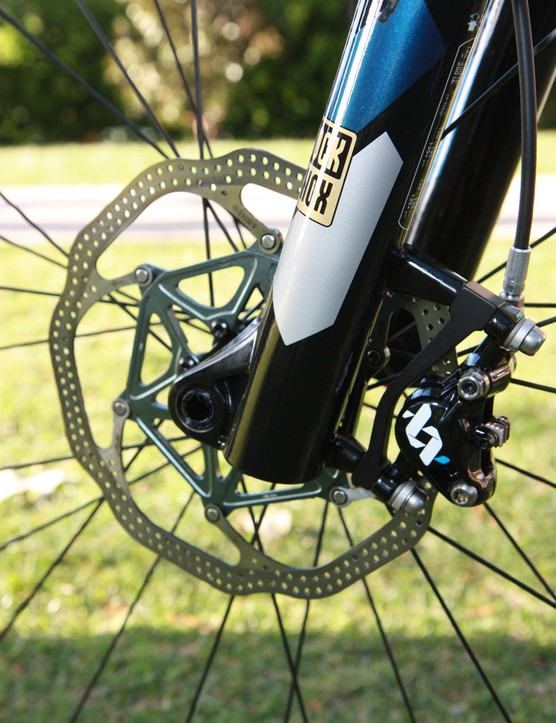 180mm-diameter front rotors provide extra stopping power for 29in wheels