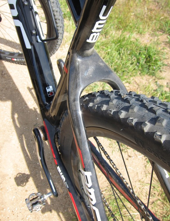 Rear tire clearance seems good considering the healthy size of the Onza tire
