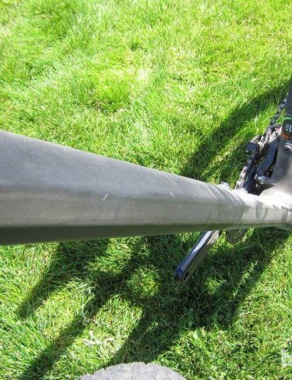 The O-1.0 has flattened sides running along the down and top tubes that house ultra high modulus fibers to stiffen the front of the bike torsionally
