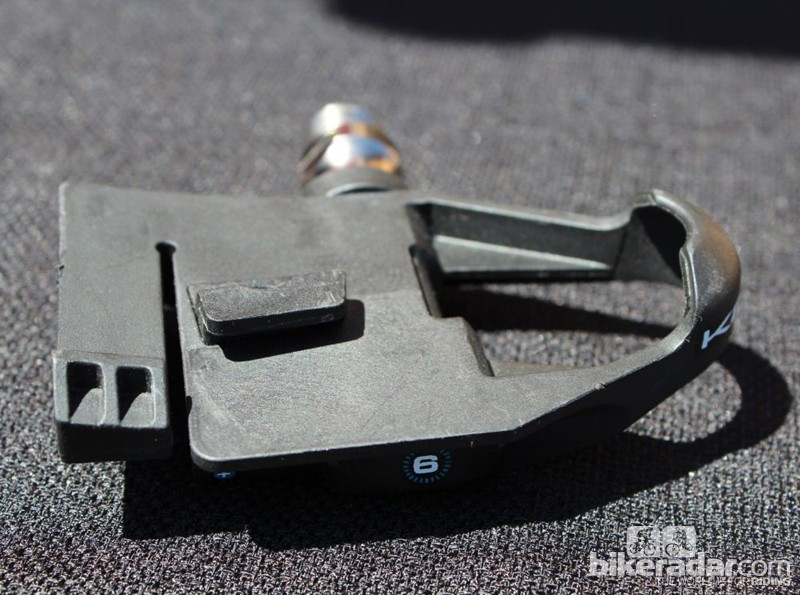 The Keywin Carbon Ti uses a unique twist-in engagement motion, which eliminates vertical movement between cleat and pedal. The pedal body, however, moves on the axle for six degrees of horizontal float