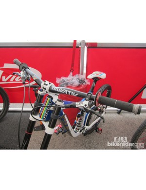 Danny Hart's (Giant Factory Off-Road Racing) custom Truvativ BooBar handlebar features a 25mm rise and nine-degree backsweep. Standard BooBars are only offered in 20mm or 30mm rises and a seven-degree backsweep