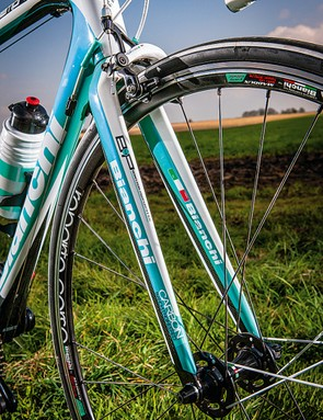 The straight fork complements the lines of the Sempre's frame